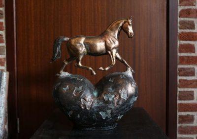Hartvormige urn met paard