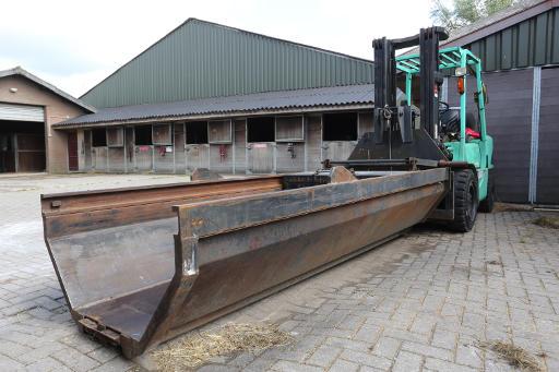 Speciale heftruck voor het laden van de paarden in de crematieoven