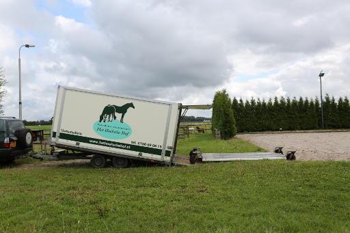 Speciale paardentrailer met slee van paardencrematorium Het Hoeksche Hof