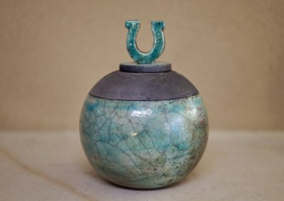 1502a-Urn met hoefijzer middel. €115,-