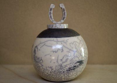 1503a-Urn met hoefijzer groot. €160,-