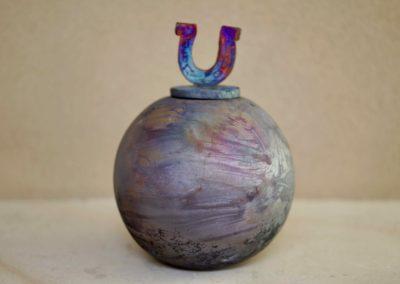 1503-Urn met hoefijzer middel.