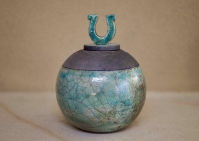 1504-Urn met hoefijzer middel.