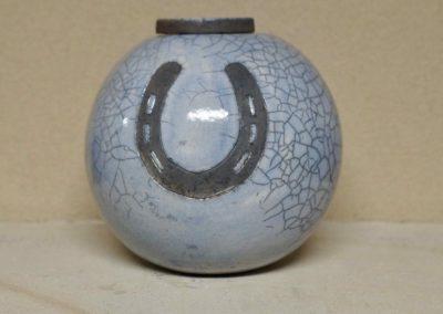 1509-Urn met hoefijzer.