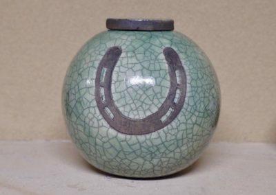 1510-Urn met hoefijzer.
