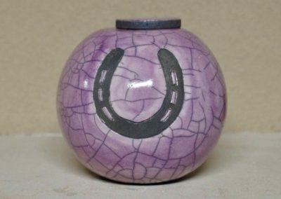 1511-Urn met hoefijzer.