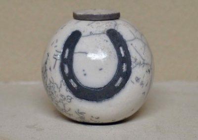 1512-Urn met hoefijzer.