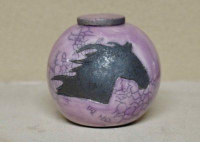 1514-Urn met paardenhoofd.