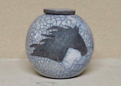 1515-Urn met paardenhoofd.