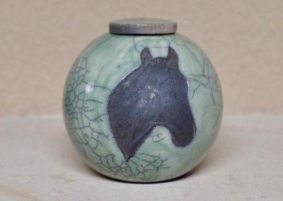 1516-Urn met paardenhoofd