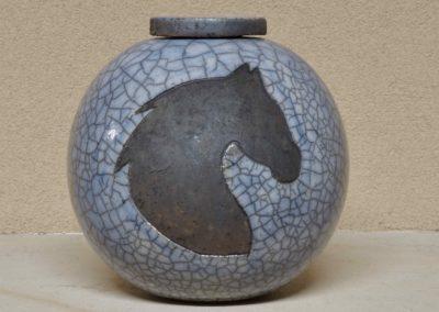1526-Urn met paardenhoofd.
