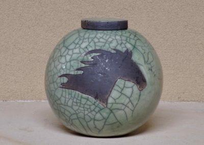 1530-Urn met paardenhoofd.