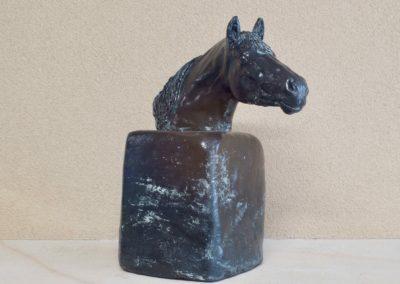 1539-Paardenhoofd op blok.