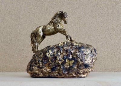 1558-Urn met paard op rots.