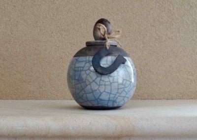 1561-Urn met hanger hoefijzer.