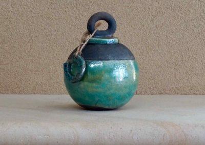 1562-Urn met hanger hoefijzer.
