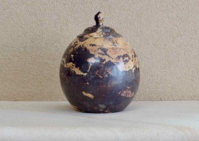 1563-Natuurstenen urn, ook geschikt voor plaatsing buiten.