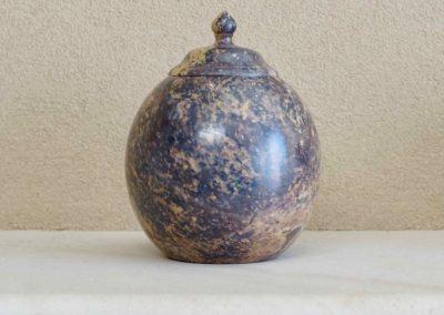 1564-Natuurstenen urn, ook geschikt voor plaatsing buiten.