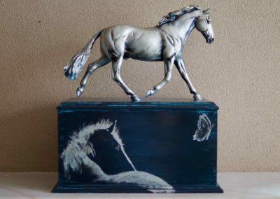 1572-Handbeschilderde houten kist met paard.